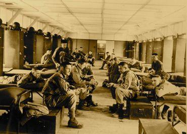 兵員宿舎(赤レンガ隊舎)でくつろぐ米軍兵士370.jpg