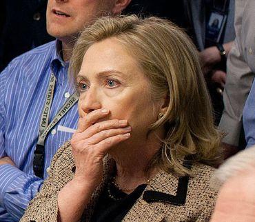 映像に見入るクリントン長官修正370.jpg